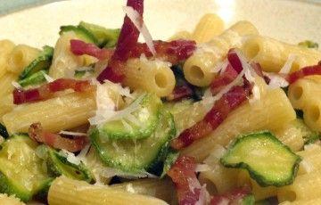 Sedanini zucchine pancetta e pecorino