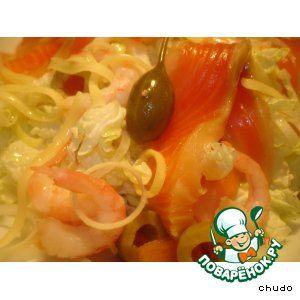Салат из пекинской капусты с лососем и креветками