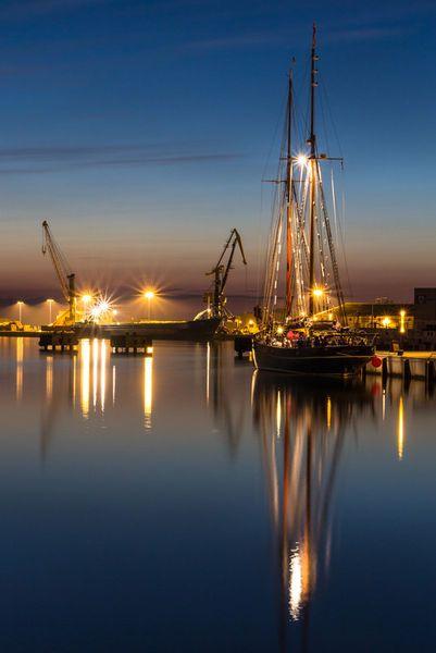 'Segelboot im Hafen von Wismar' von Moritz Wicklein bei artflakes.com als Poster oder Kunstdruck $16.63
