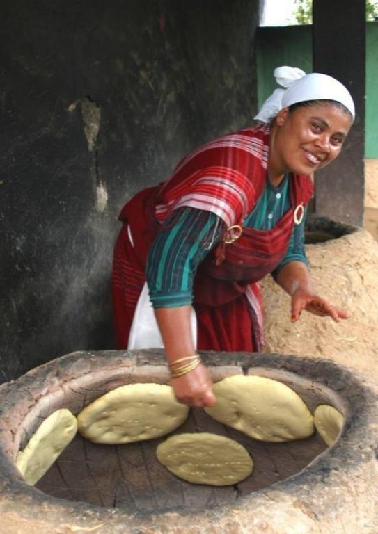 Fabrication de pain//Village Hergla//Hergla est une ville côtière située à une vingtaine de kilomètres au nord de Sousse et rattachée au gouvernorat de Sousse. C'est une petite ville comptant 6 332 habitants en 2004. Wikipédia