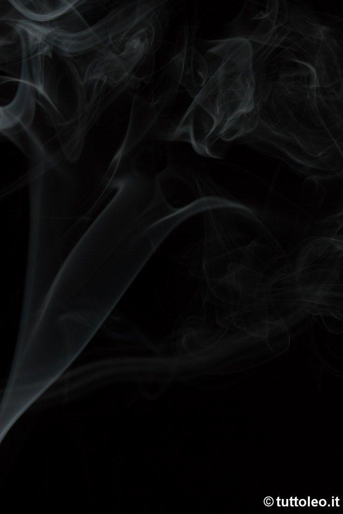 """Oggi parliamo di un altro classico: fotografare il fumo. Per farlo esistono come sempre molte tecniche più o meno evolute; per fare questa foto ad esempio io ho utilizzato un set fotografico """"fai da te"""" con solamente un flash aggiuntivo.    Vedi"""