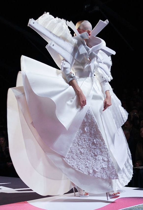deauthier:    Irina Kulikova at Viktor and Rolf s/s 2011.