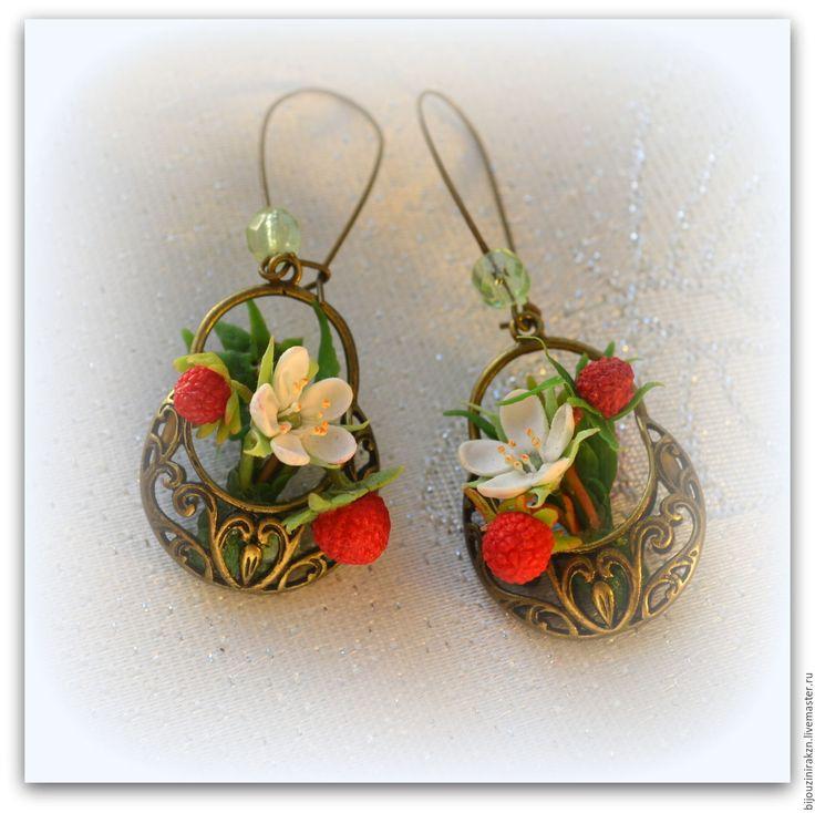"""Купить Серьги """"Земляничка в корзиночке"""" цветочек, ягодки, травинки. - подарок день рождения, серьги ягодки"""