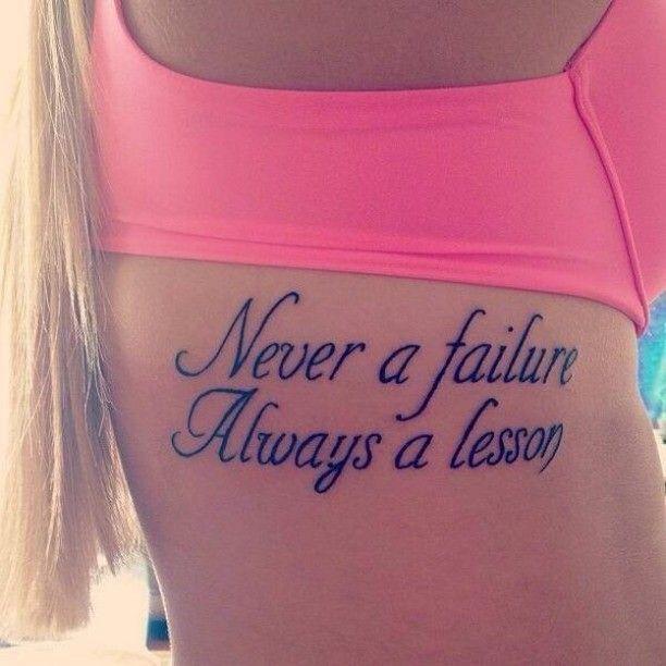 Schrift auf Frauen Körper Tattoo