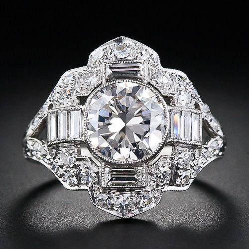 Anillo de platino y diamantes Art Deco - alrededor de 1930. El diamante central está adornada por todos los lados con once brillantes diamantes baguette entre una deslumbrante variedad de pequeños diamantes redondos.