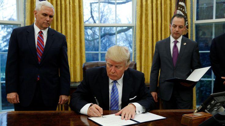 US-Präsident Donald Trump hat einen Erlass unterzeichnet, der den Ausstieg des Landes aus dem transpazifischen Freihandelsabkommen TPP vorsieht. Damit hat er eines seiner Hauptwahlversprechen eingehalten. Die Regierung von Barack Obama hatte den Vertrag als eine der wichtigsten Maßnahmen zur Gewährleistung des wirtschaftlichen Gleichgewichts mit China betrachtet.