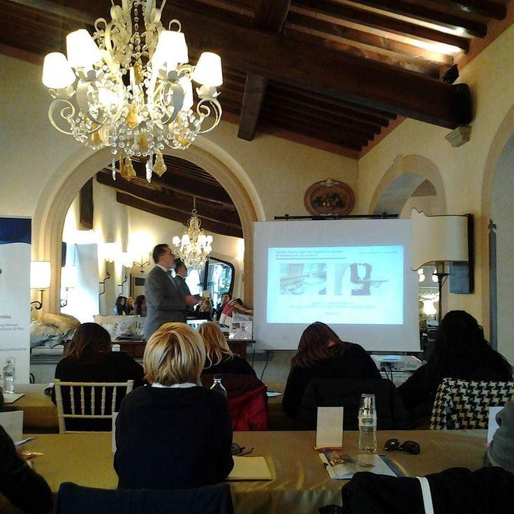 E ora godiamoci questa lezione di bon ton con il maestro Alberto Presutti!  #instaitaly_photo #instaitalia #instaitaly #italy #igerstoscana #rinaldelli #fascinator #cappelli #hat #matrimonio #tuscany #modaestate #estate #veletta #bride #panama #sposa #tulle #agriturismo #tosacana #seminario #womenfashion #country #igers #igersoftheday #moda #ragazza #wedding