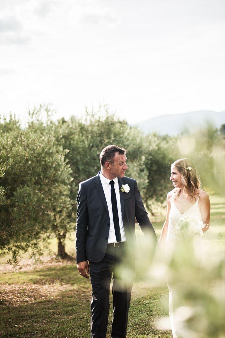 Ballade dans les vignes lors d'une séance photo de couple en Provence.   #studiobokeh #photographemariage #mariagemarseille #weddingprovence #frenchwedding #ulrikemonso