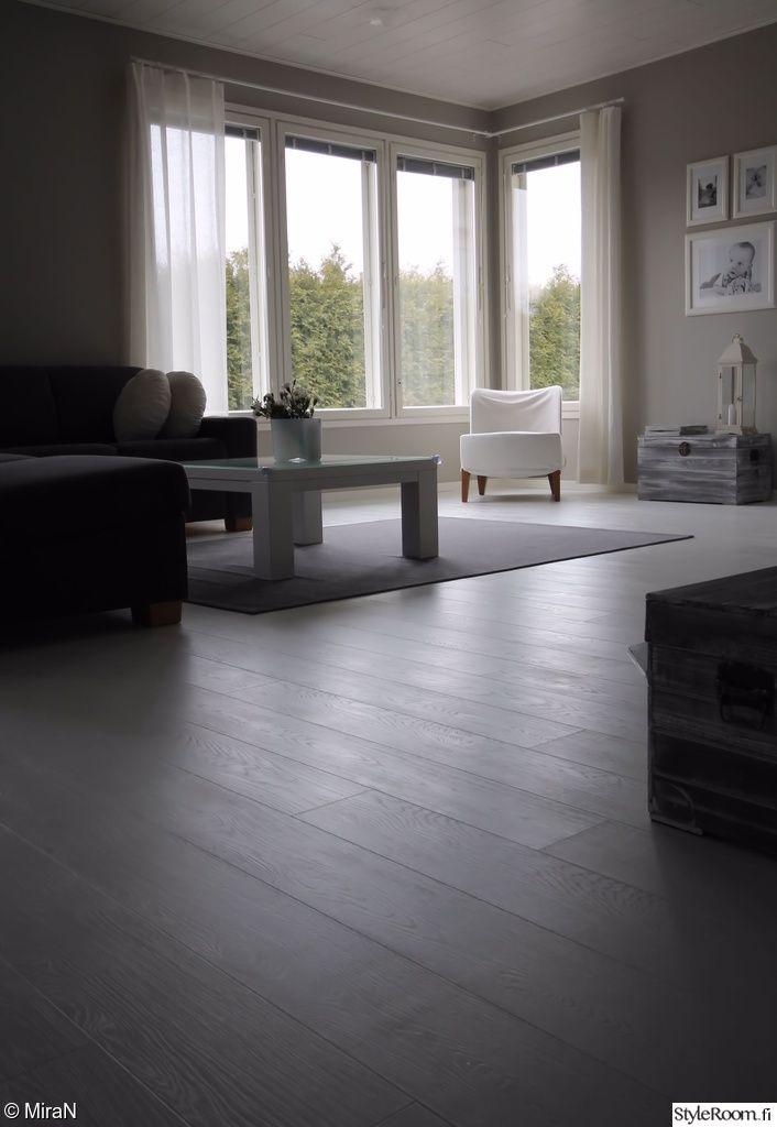 valkoinen lattia,vaaleanharmaat seinät,olohuone