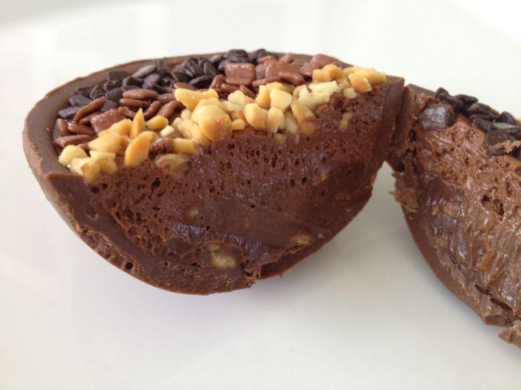 Ovo de páscoa aberto recheado com creme de chocolate e nozes