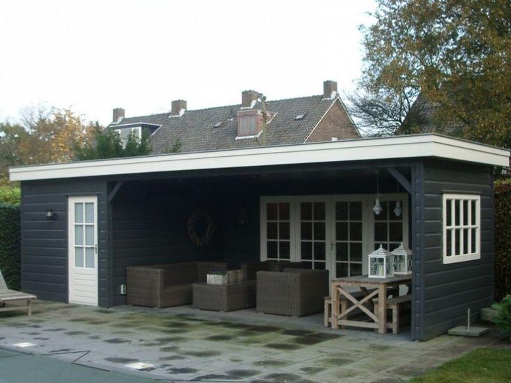 Dit ruime tuinhuis met overkapping biedt volop ruimte om overdekt buiten te zitten.