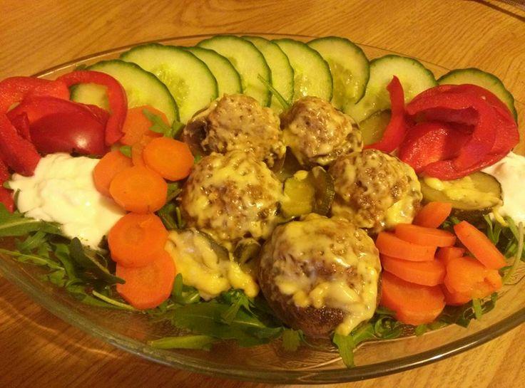 Zvířátkový den -Plnene zapecene zampiony se syrem, naservirovane na rucola salatu s korenim italske kuchyne. a jogurtovym dipem .  Hlavicky jsou vydlabané , nakrajené nožky nadrobno a smichané s mletym masem a korenim jak na sekanou, a nastrouhanou mrkvi.