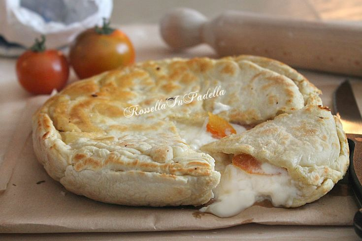 Focaccia in padella con stracchino, pomodoro e funghetti. Pasto ideale per tutta la famiglia. Focaccia veloce senza lievitazione da farcire a piacere.
