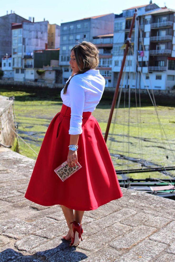 Marialoi, una de nuestras mejores clientas, escoge esta falda midi roja, que combina con una sencilla camisa blanca y sandalias de tacón al tono.