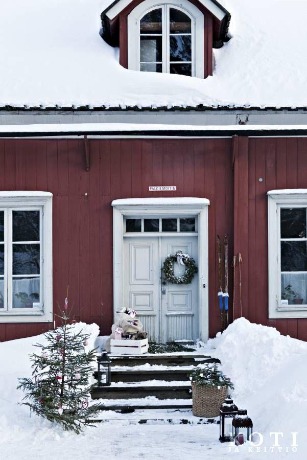 Pappilan portaille on tuotu havuja toivottamaan vieraat tervetulleiksi. Joulupukki on käynyt jättämässä lahjasäkit oven taa, vielä pitää ennättää moneen paikkaan. Koti ja keittiö, Tea Honkasalo, kuva Kirsi-Marja Savola.
