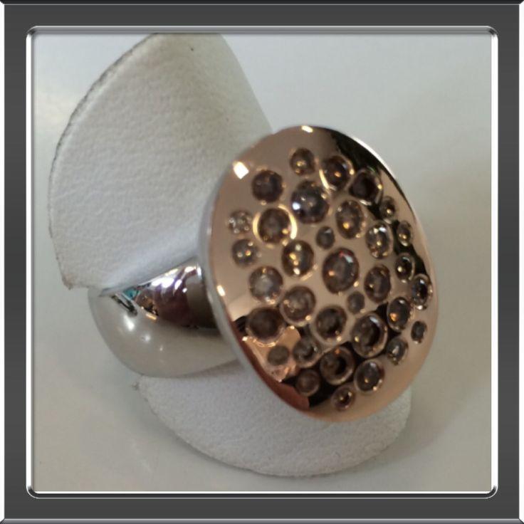 Wit- met rosé gouden ring gemaakt met bruine diamanten.