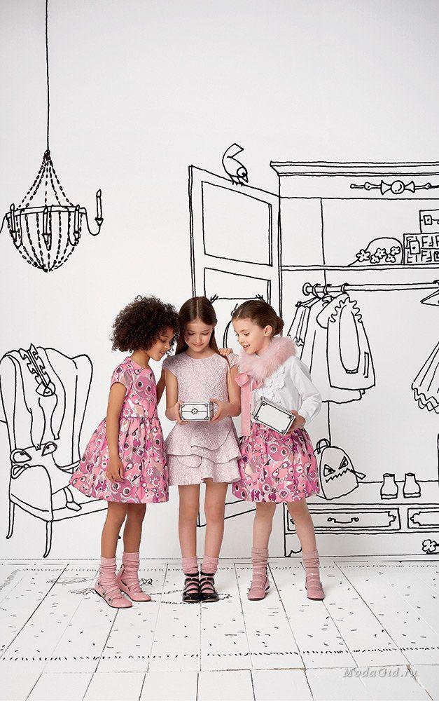 Детская мода от Fendi - это целый мир, в который входит не только модная и красивая одежда для детей, но необычные принты, забавные монстры от модного дома и сказочные иллюстрации.