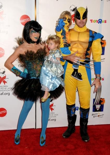 GALERIE FOTO! Cele mai tari costume ale vedetelor pentru Halloween   Fashion / Hot Halloween Costumes: Tori Spelling & Family