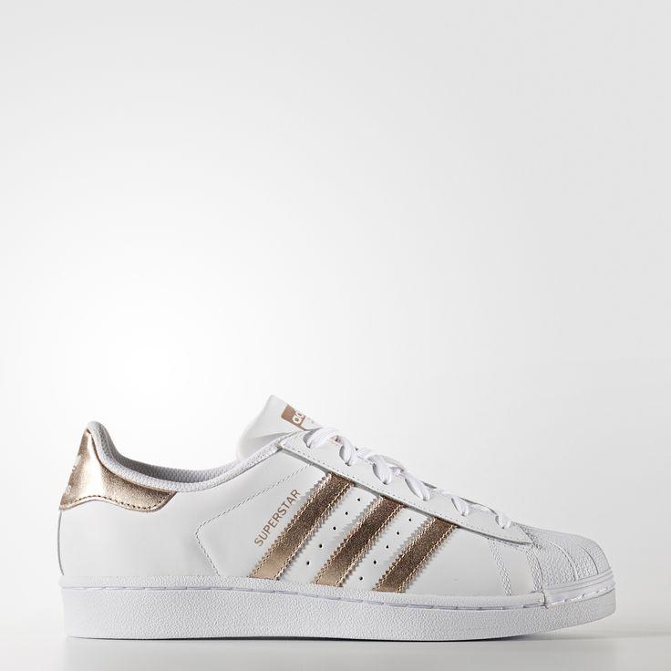 Une nouvelle façon de briller. Remix pétillant de la mythique sneaker Superstar, cette chaussure femmes affiche 3 bandes et un patch au talon d'une couleur rose gold. Fidèle au modèle authentique, elle possède une tige en cuir, un «shell-toe» en caoutchouc et une épaisse semelle Cupsole.