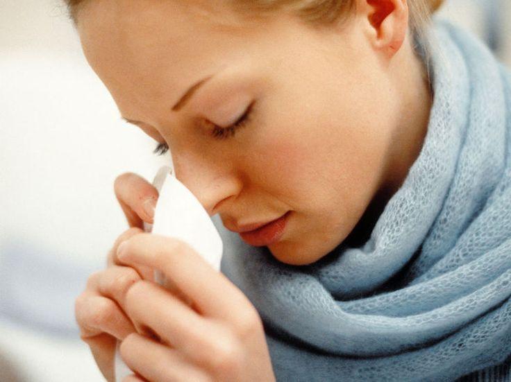 Le nez pris, qui se bouche et coule par intermittence, les yeux, la cavité nasale et la gorge irrités… Sûrement un bon rhume. On le soulage avec les médecines...