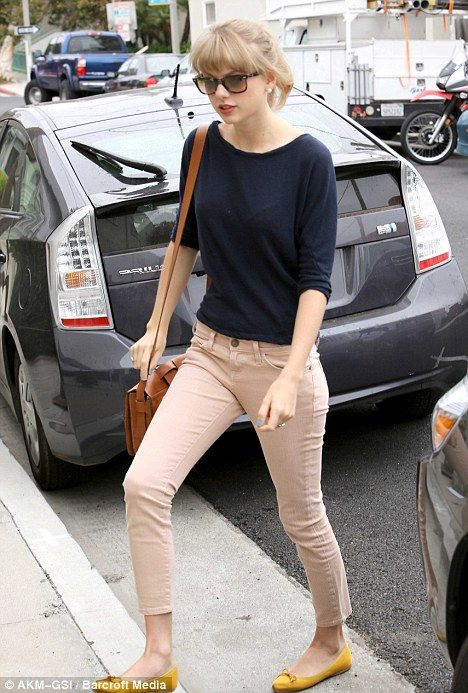 Taylor Swift shows off her lithe limbs and dressed down style in nude skinny jeans | Mail Online