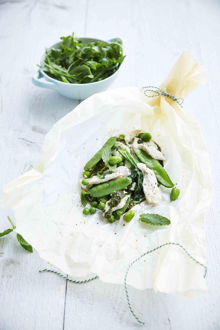 Een overheerlijke papillot met groene groenten, rucolapesto en kip, die maak je met dit recept. Smakelijk!
