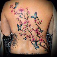 het is een tatoeage met vlinders en bloemen