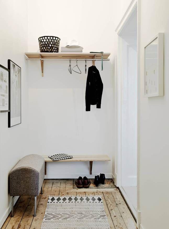 Avec des teintes claires et du bois, l'entrée est un morceau d'habitation simple à aménager.