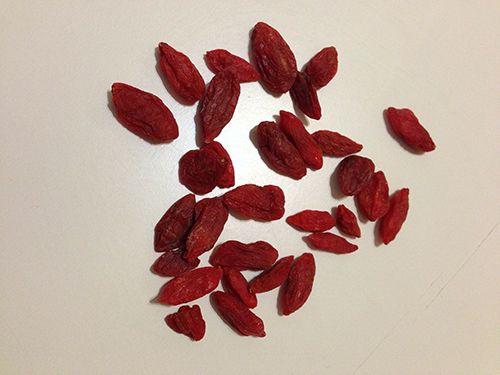 In questo post vedremo le proprietà e i benefici delle bacche di goji. Le bacche di goji sono dei piccoli frutti originari dell'Asia orientale, in particolare Cina e Tibet. Grazie alle loro proprietà, accertate anche da studi scientifici, hanno cominciato a diffondersi anche in Occidente e adesso si possono trovare essiccate in quasi tutti i supermercati e negozi biologici. http://www.kaleidosblog.com/proprieta-delle-bacche-di-goji