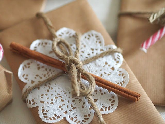 #giftwrap. Personalizza la carta da pacchi con un centrini di carta, cannella e spago