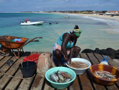 """ISOLA DI SAL - Capo Verde: la mia recensione sull'isola - Al largo delle coste del Senegal, circa 600km, dieci isole nell'Oceano Atlantico, belle e ancora incontaminate. E' il punto più occidentale dell'Africa e il più europeo per tradizioni; questa meta viene infatti definita """"Africa light"""", adatta a chi desidera visitare il continente nero e godere dell'atmosfera africana, senza tuttavia rinunciare alla sicurezza e al comfort di una meta quasi europea. Patrimonio naturale di indubbia…"""