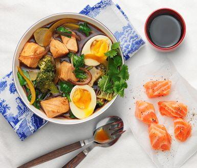 En japaninspirerad rätt som är enkel att laga. Här blandas fräscha ingredienser som lax, broccoli, paprika och babyspenat.  Sojasåsen ketjap manis ger rätten sin karaktäristiska smak.