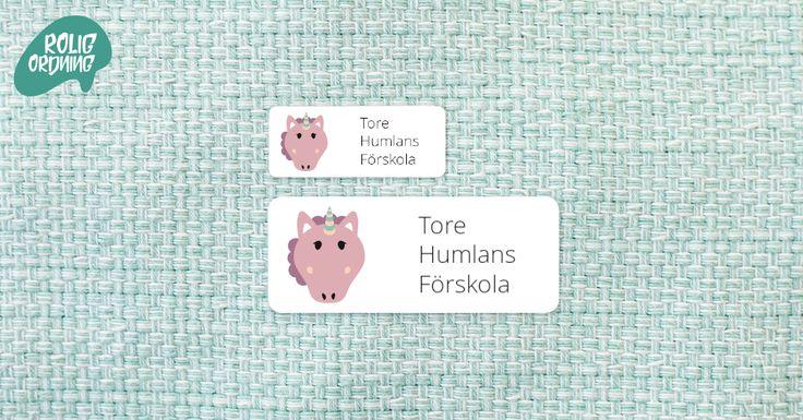 Med personliga namnlappar från Rolig Ordning kan du skapa dina egna etiketter! Namnlapparna är av polyester och går att sätta på de flesta ytor. Du kan välja mellan flera olika färger, stilar och figurer. Namnlappen rymmer text på tre rader. Namnlapparna går att beställa i Mini 30×12 mm, 110 st och Maxi 48×20 mm, 56 st. Passar såväl barn som vuxna.