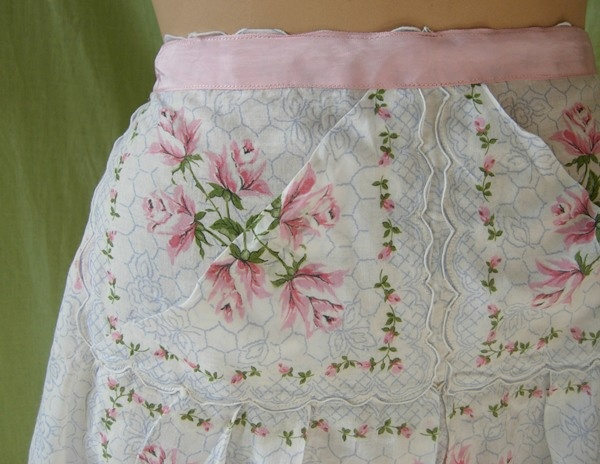 Apron made out of vintage handkerchiefs. What a great idea !