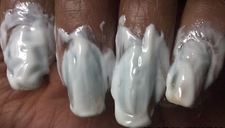 Ma cos'è questo intruglio? Nessun intruglio, è un prodotto che abbiamo tutti in casa e fa miracoli sulle unghie. Ecco di che si tratta (e quali sono i suoi poteri)