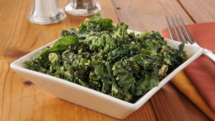 Grønkålssalat med ymerdressing er en lækker dansk opskrift af Claus Meyer fra Go' morgen Danmark, se flere salat på mad.tv2.dk