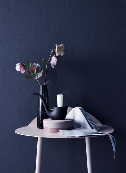 dark blue wall and light pink, styling Anna-Kaisa Melvas, photo Piia Arnould / Glorian Koti