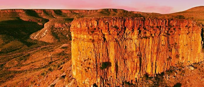 El Questro Wilderness Park is part of the Kimberley Plateau, which consists of a vast area of comparatively flat high country, interrupted by sandstone escarpments that may stretch for tens of kilometres. Some of the most spectacular form the Cockburn Ranges along the Gibb River road.