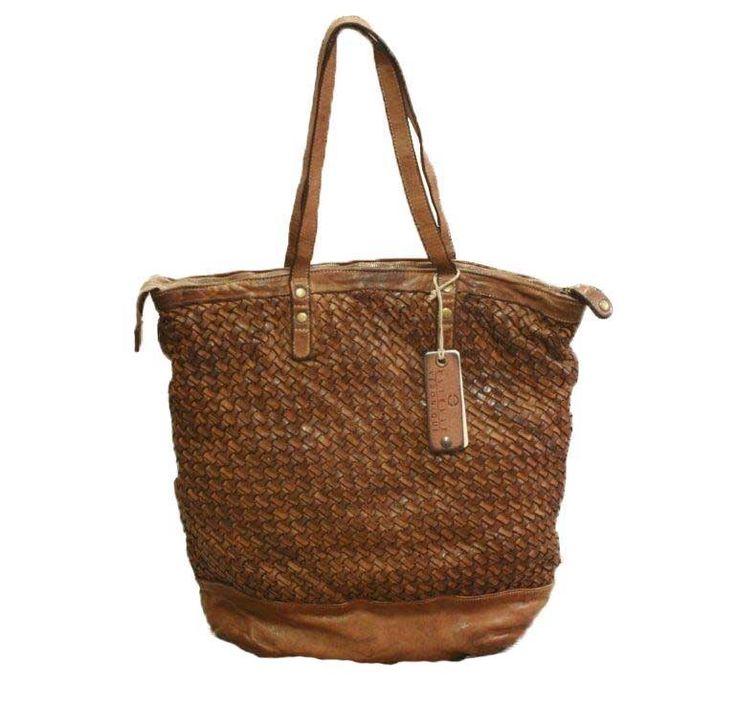 Borsa in morbida pelle intrecciata la mano, disponibili in altri colori! Handwoven leather bag, available in many different colours! #borseinpelle #nicebrand #shoppingonline goo.gl/796zys