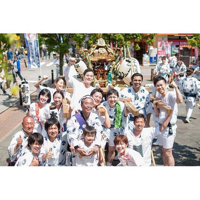 i_am_313五月の連休はお祭りを通して人と街を繋ぐプロジェクト Ma-tourism に参加して、小田原のお祭りに飛び込んできました。  小田原のお神輿の特徴は、わっしょいわっしょい揺らすのではなく、まるで船が進むようにすーっとお神輿を運ぶことに街の人たちがプライドをかけているところ。そう聞くと地味なイメージを持つかもしれないけれど、この人たち何がスゴイってお神輿を担いで『走る』の!男衆が重さ1トンもある神社神輿を担いで全力疾走する姿は圧巻でした。みんな死にそうになってたけど(笑)そうやって絆が生まれていく。お祭りっていいなぁ。  お神輿が走る(お話を聞いたお兄さんは『跳ぶ』って言ってた。)合図になる漁師唄を歌う歌い手さんの声も皆見事で、ベテランのおじいちゃんも、私より若い女の子も、それぞれに気概と自信を持った味のある歌い方をしていてすごく格好良かった。 私の住んでいる栃木にもお神輿のお祭りがあるけれど、同じお神輿でもこうも違うものか、と。海無し県で生まれ育ってきた私は小田原のお祭りに濃い、濃い、海を感じたのでした。  ありがとう小田原〜! またくるぞ!