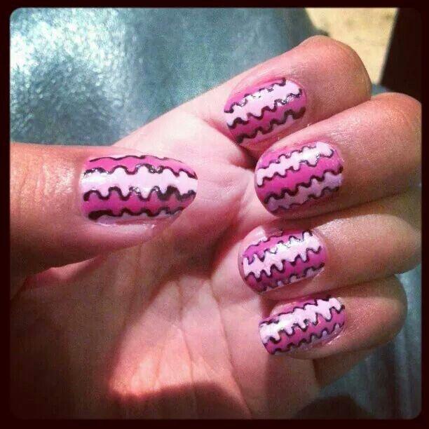 Nail Art: pink wriggle stripes