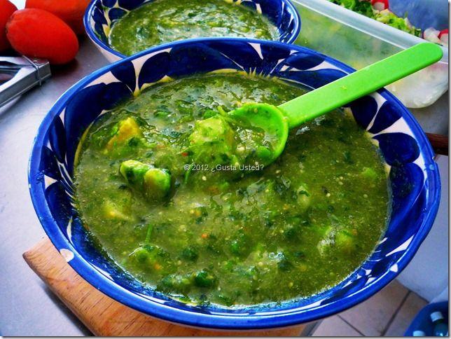 Quizá la salsa verde más conocida en México es la salsa verde de tomatillo. Es una de mis preferidas. La sirvo con barbacoa, con tostadas, con tacos al pastor, y hasta sola con totopos de maíz. Me …