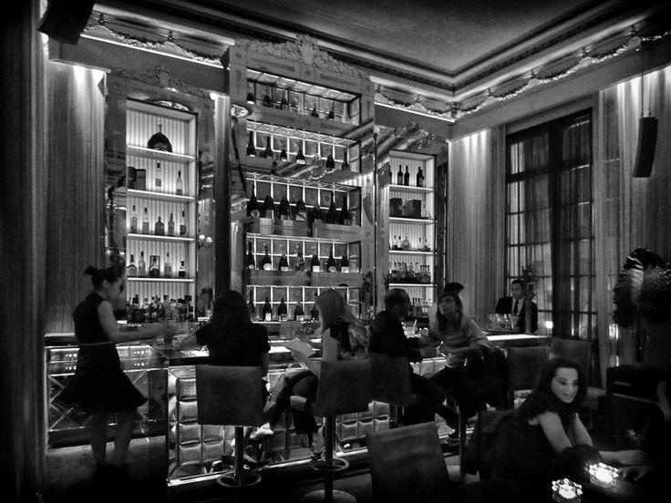 Wie in Parijs chic wil uitgaan, mijdt tegenwoordig bar en brasserie. Stappen op sterrenniveau doe je anno 2017 in de bars van Parijse luxeh...