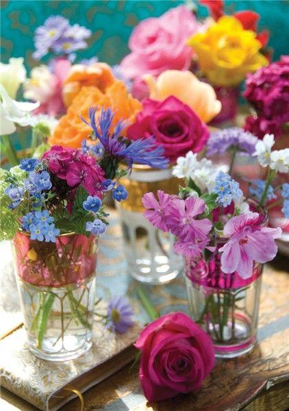 Fina teglas kan med fördel användas som vaser till färgglada sommarblommor, som på den här bilden.