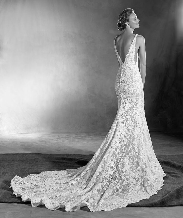 ESTELA - A sexy, very sexy wedding dress. A romantic mermaid style wedding dress with a daring V neckline in the front and back. A unique combination of guipure, tulle and lace with floral motifs that decorate the feminine silhouette. Impossible to resist!
