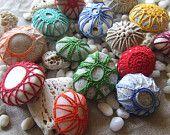 Pizzo uncinetto in colori fantasia su piccoli sassi chiari  marini. Pezzi da collezione. Soggetti per bomboniere, segnaposto.