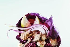Kylling i sund opskrift på salat med bagte rodfrugter og  spinat - Måltid