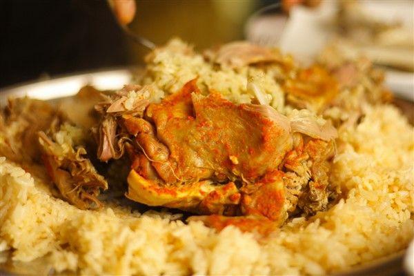 Kaburga Dolması, özel akşam yemekleriniz için tercih edebileceğiniz oldukça lezzetli bir yemektir.  Malzemeleri:  Yarım kilo kuzu kaburgası, kuzu eti ve pirinç Badem içi 1 çorba kaşığı yoğurt ve domates salçası Tereyağı