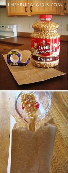 alomitas en bolsa de papel. Introduce un cuarto de taza de granos de maíz en una bolsa de papel y séllala con un poco de cinta adhesiva. Introdúcela en el microondas por dos minutos y medio (aproximadamente). Tendrás como resultado una botana sana y deliciosa.