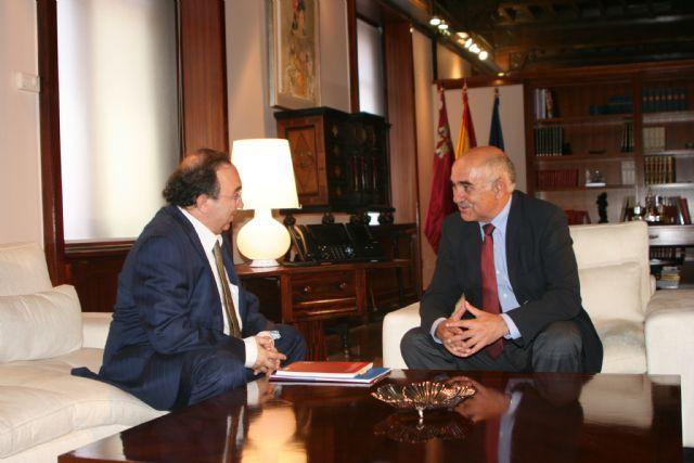 El presidente del Ejecutivo murciano recibe al rector de la Universidad de Murcia, José Orihuela,   http://www.murcia.com/region/noticias/2014/06/10-garre-recibe-al-rector-de-la-universidad-de-murcia-jose-orihuela.asp